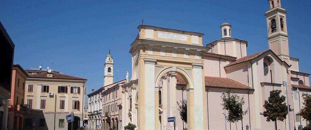 <a href='dettagli.aspx?c=32&sc=33&id=413&tbl=contenuti'><div class='slide_title'><h3>Viadana</h3></div><div class='slide_text'><span>L'arco di Porta Nuova introduce nella bella piazza Matteotti, dove insistono i portici del Palazzo Comunale e l'ex edificio del Monte di Pietà. La vecchia sede delle scuole ospita il Mu.Vi., polo mus ...</span></div></a>